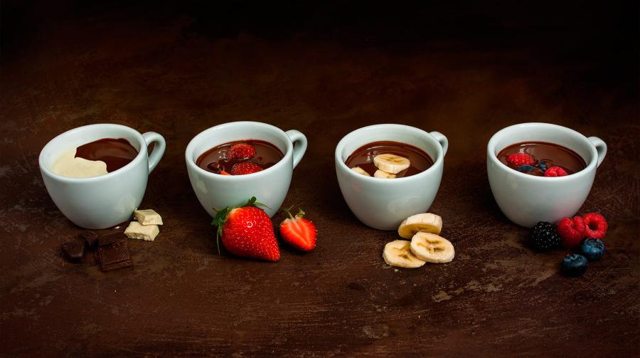 Horúca čokoláda s ovocím a praženými orechmi